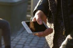 mobiltelefon på handen royaltyfri bild