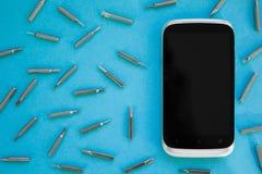 Mobiltelefon som reparerar, framlänges lekmanna- bästa sikt, blå bakgrund, begrepp arkivbild