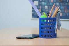 Mobiltelefon und Bleistiftkasten Stockfotografie