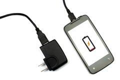 Mobiltelefon und Ladegerät auf dem weißen Hintergrund, lokalisiert Lizenzfreie Stockfotos