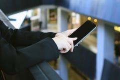 Mobiltelefon ung affärskvinna som använder den smarta telefonen fotografering för bildbyråer