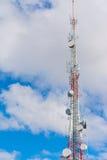 Mobiltelefonantenn under moln Arkivfoton