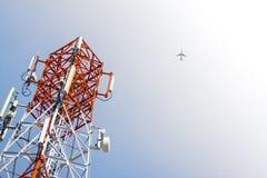 Mobiltelefonantenntorn och flygplan Fotografering för Bildbyråer