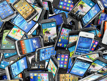 Mobiltelefonbakgrund Hög av olika moderna smartphones Royaltyfri Foto