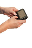 mobiltelefonen hands tangentbordet som texting Arkivfoto
