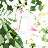 Mobiltelefonen med sommar blommar på vit bakgrund Bröllop sommar, romans Fotografering för Bildbyråer