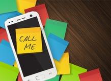 Mobiltelefonen och gulingpåminnelseklistermärken med text kallar mig Arkivfoto