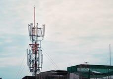Mobiltelefonen står högt systemet 3G och 4G Royaltyfria Bilder