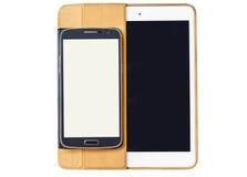 Mobiltelefoner och minnestavlor på en vit bakgrund Arkivfoto