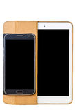 Mobiltelefoner och minnestavlor på en vit bakgrund Royaltyfri Fotografi