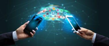 Mobiltelefoner som syncing applikation arkivbilder