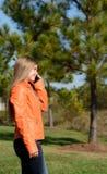 mobiltelefonflicka henne som talar Arkivfoto