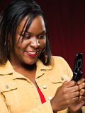 mobiltelefonflicka som ler genom att använda Arkivfoton