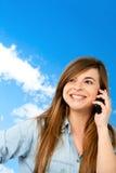 mobiltelefonflicka som ler utomhus Royaltyfria Foton