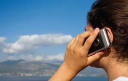 mobiltelefonflicka utanför Royaltyfri Foto