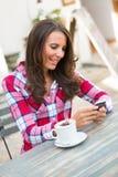 Mobiltelefonkaffekvinna Fotografering för Bildbyråer