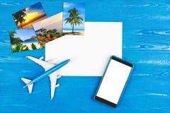Mobiltelefonlager Flygbiljettköp Turbegrepp plane loppet Modern teknologi, applikationer för smartphones Royaltyfri Foto