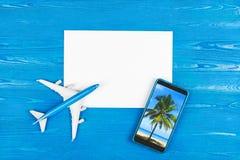 Mobiltelefonlager Flygbiljettköp Turbegrepp plane loppet Modern teknologi, applikationer för smartphones Arkivfoton