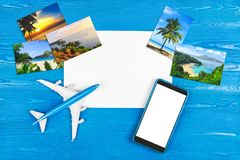 Mobiltelefonlager Flygbiljettköp Turbegrepp plane loppet Modern teknologi, applikationer för smartphones Royaltyfria Bilder