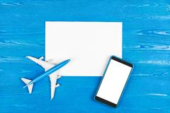 Mobiltelefonlager Flygbiljettköp Turbegrepp plane loppet Modern teknologi, applikationer för smartphones Arkivbilder