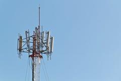 Mobiltelefonpol mit hellblauem Himmel Stockfotografie