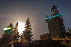Mobiltelefonrelätorn på berget Solljus mellan någon fi Arkivfoto