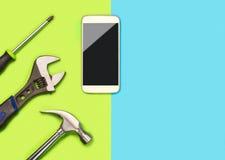 Mobiltelefonreparationsbakgrund eller orientering för smartphonefixandeföretag Baner med mycket fritt tomt kopieringsutrymme för  arkivfoton