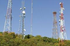 Mobiltelefontorn fodrar nord för huvudväg 95 av Richmond Virginia Arkivfoto