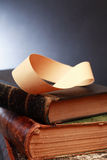 Mobius-Streifen auf Büchern Lizenzfreie Stockbilder