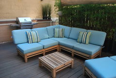 Mobília ao ar livre na plataforma de madeira Imagens de Stock