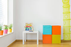 Mobília colorida na sala de crianças Foto de Stock