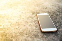 Moblie mądrze telefon na kamienia stołu słońca światła tle fotografia royalty free