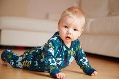 mobth пола 6 младенцев вползая домашнее старое Стоковые Изображения RF