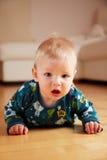 mobth пола 6 младенцев вползая домашнее старое Стоковая Фотография