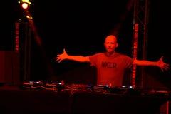 Moby sostiene los brazos hacia fuera en etapa durante concierto Imagenes de archivo