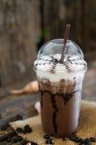 Moca ghiacciata del caffè sulla tavola di legno Fotografia Stock Libera da Diritti