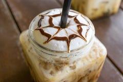 Moca helada del café en el fondo de madera de la tabla en café Fotos de archivo