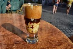 Mocaccino, bebida quente com café, chocolate e creme imagem de stock royalty free