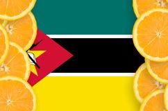 Mocambique flagga i vertikal ram för citrusfruktskivor arkivbild