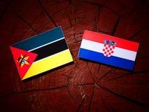 Mocambique flagga med den kroatiska flaggan på en trädstubbe Royaltyfria Bilder
