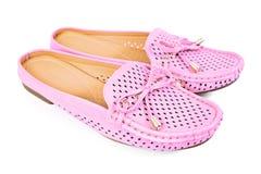 Mocassim cor-de-rosa dos planos das mulheres com as sapatas pequenas da fita isoladas no whi Foto de Stock Royalty Free