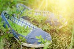 Mocassins dans l'herbe photos stock