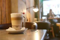 Mocha кофе на таблице на баре Стоковая Фотография