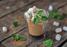 Mochaccino用蛋白软糖 免版税图库摄影