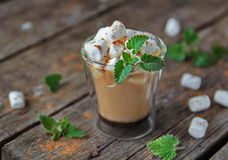 Mochaccino com marshmallows Fotografia de Stock Royalty Free