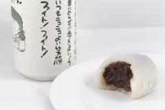 Mochi branco mordido com o copo de chá japonês Fotos de Stock Royalty Free