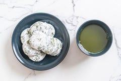 mochi de thé vert avec le haricot rouge photographie stock libre de droits