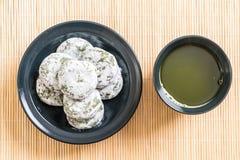 mochi de thé vert avec le haricot rouge photographie stock