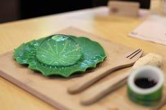 Mochi della goccia di pioggia con lo sciroppo di zucchero nero e la polvere arrostita della soia fotografia stock