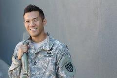 Mochila étnico ambigua de la tenencia del soldado americano de los jóvenes fotografía de archivo libre de regalías